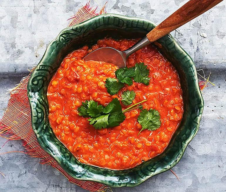 Röd linssoppa med kokos och tomat