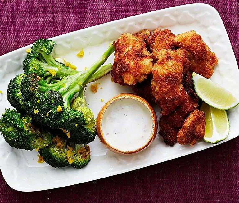 Parmesankyckling med råstekt broccoli och chiliyoghurt