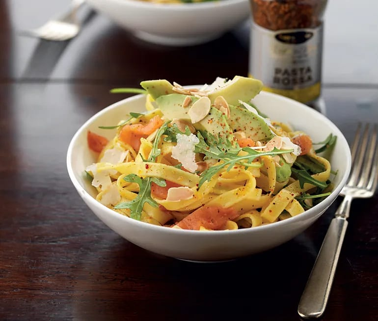 Laxpasta med citron, avokado och parmesan