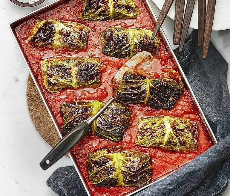 Vegetariska kåldolmar med parmesan i tomatsås