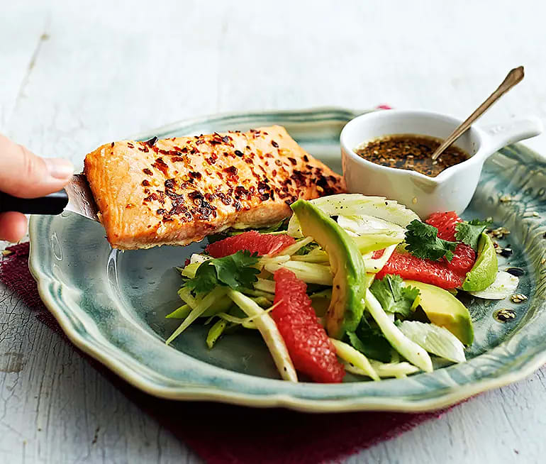 Chililax med krispig avokadosallad och sesamdipp