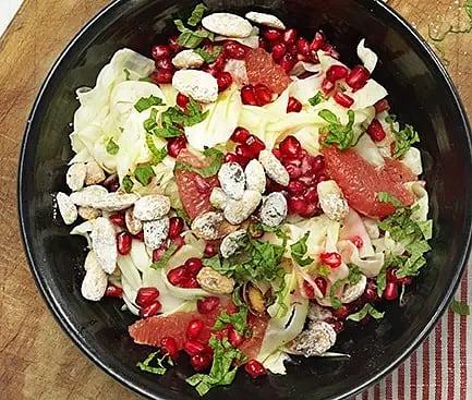 Julsallad med granatäpple och saltrostad mandel
