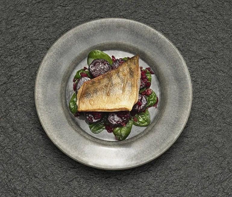 Stekt gös med saltbakade rödbetor, spenat och kaprisvinaigrette
