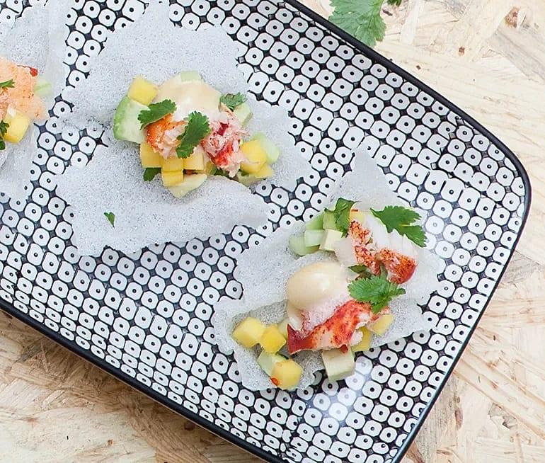 Krabba med mangosalsa på friterat rispapper