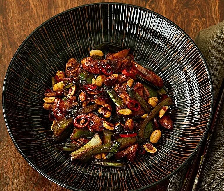 Wokad kyckling med chili och jordnötter