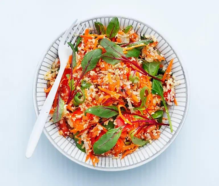 Blomkål och morotssallad i tomat och basilikadressing