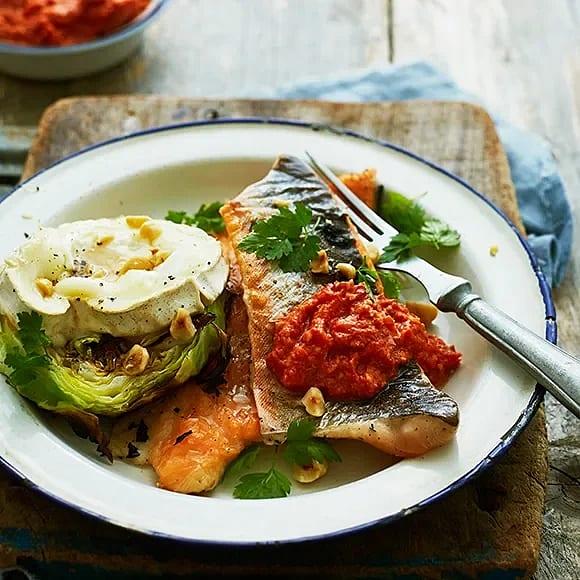 Grillad röding med getost på spetskål och salsa romesco