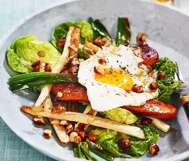 Råstekt vit sparris med kalkonkorv, ägg och brynt citron- och hasselnötssmör