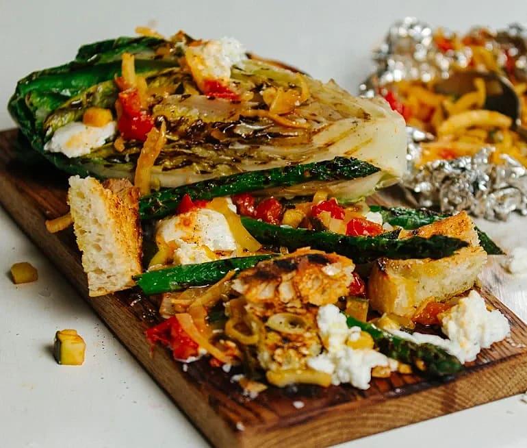 Grillad sallad med sparris, ratatouille och mozzarella