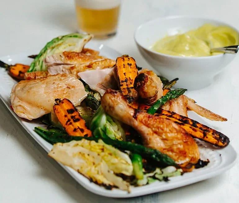 Helgrillad kyckling med sommarprimörer och wasabimajonnäs