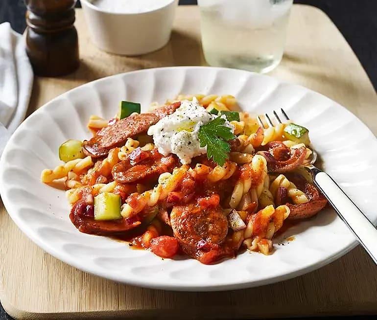 Pasta med salsiccia, tomat, zucchini och ricotta