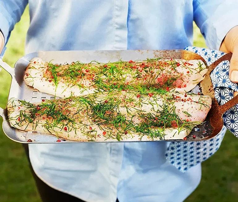 Dill och rosépeppargravad gös med bakad purjolök och mandeldressing