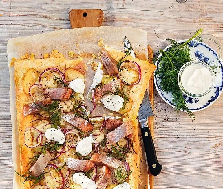 Matjessillflarn med potatis, dill och gräddfil