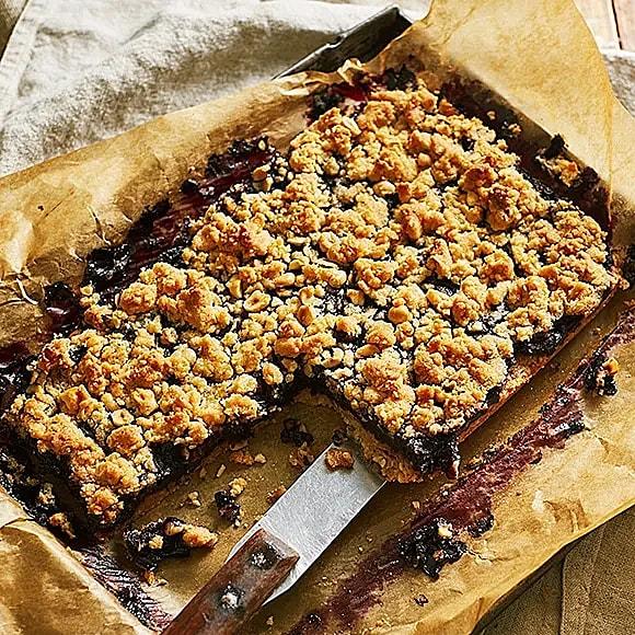 Smulpaj med blåbär och hasselnötter