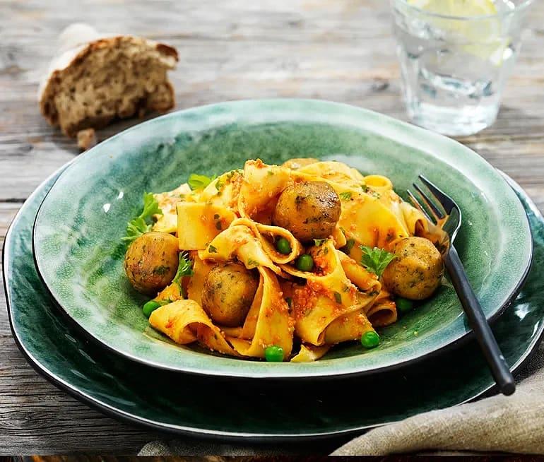 Falafel med pasta, rostad paprika och mandel