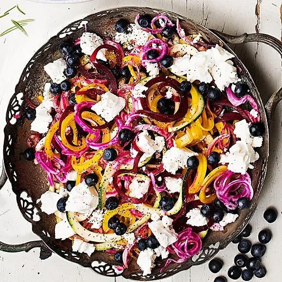 Grönsakspasta på betor med fetaost och blåbär