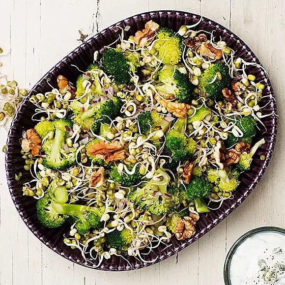 Masserad broccoli med ädelostyoghurt