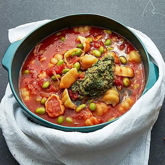 Tomatig bondsoppa med sojabönor och pesto
