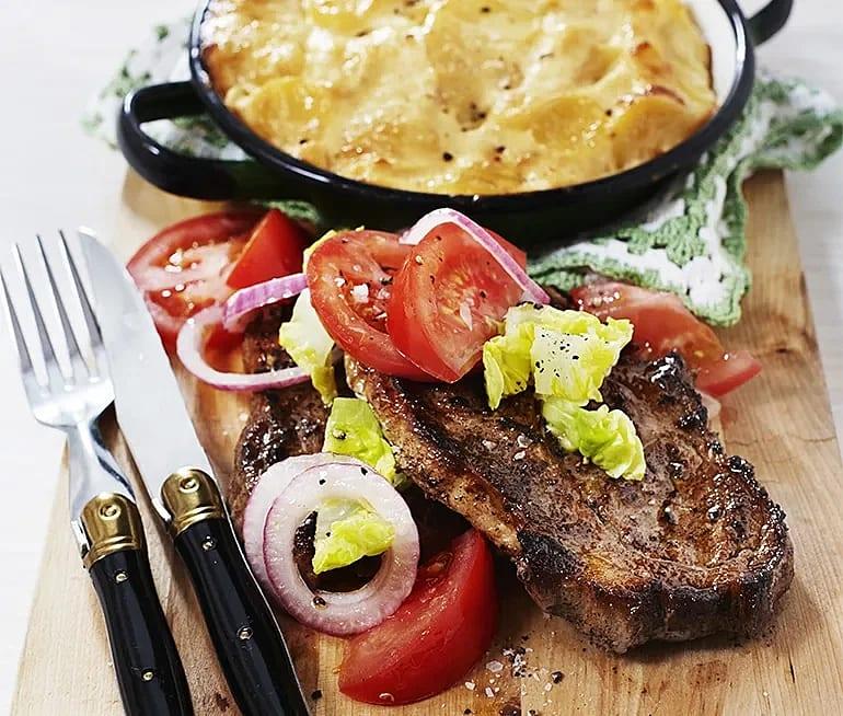 Karré med potatisgratäng och tomatsallad