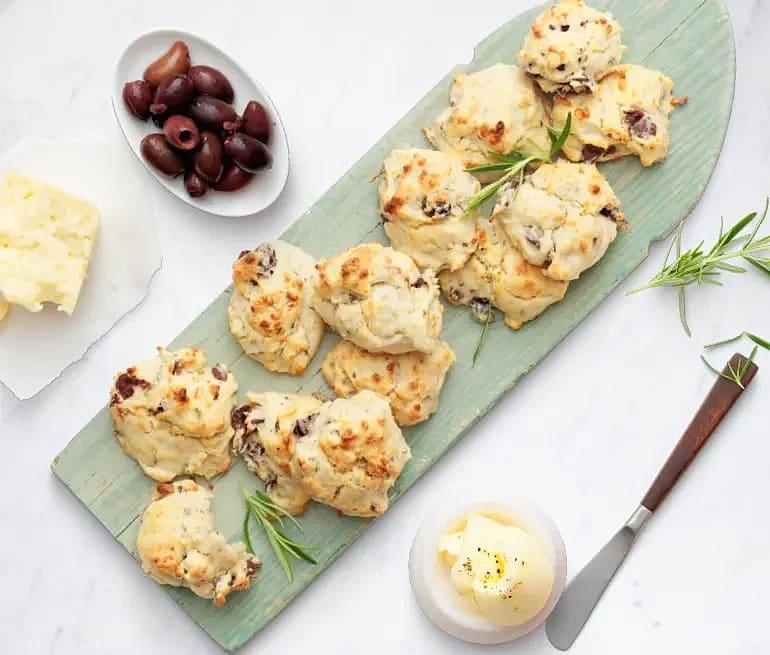 Ostscones med oliver och rosmarin