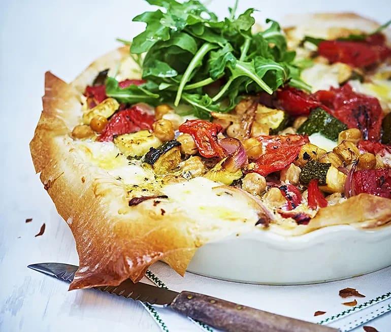 Grönsakspaj med mozzarella och zucchinisallad