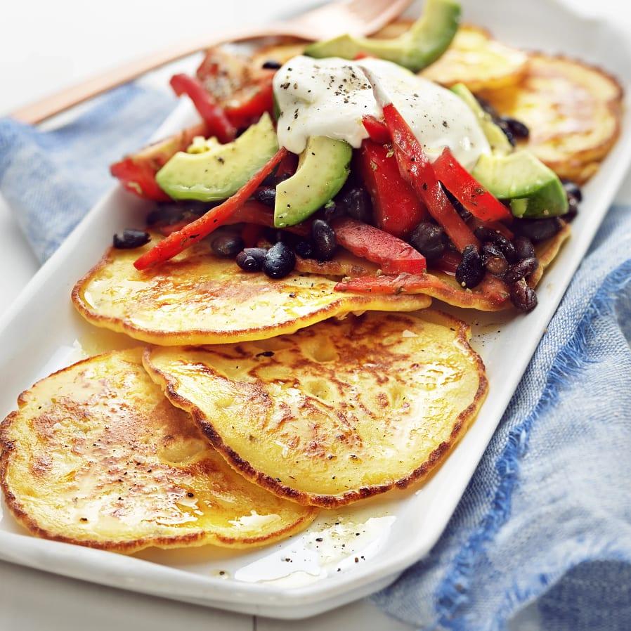 Majsplättar med tomat och avokadosallad
