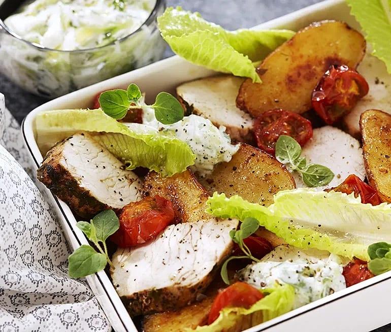 Oreganostekt kalkon med tzatziki och bakad tomat
