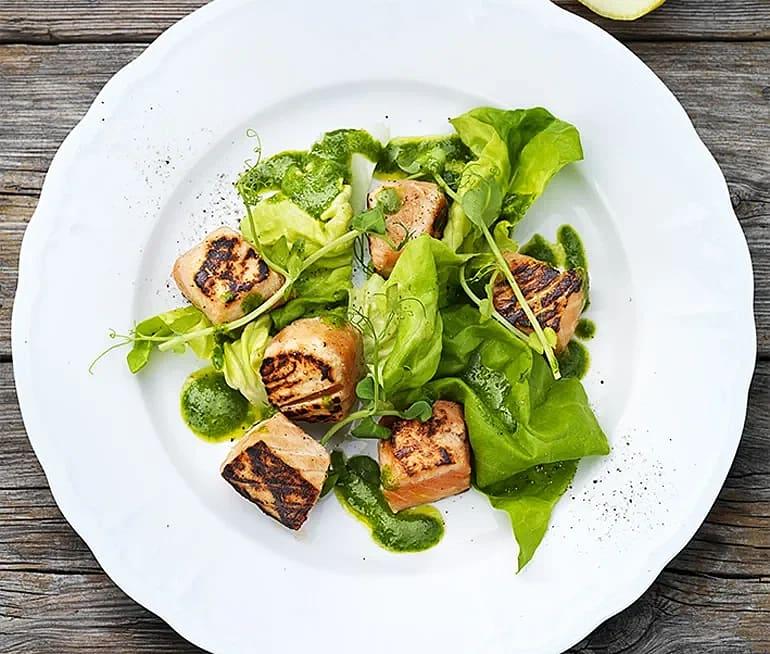 Salsa Verde med sotad lax och grönsallad