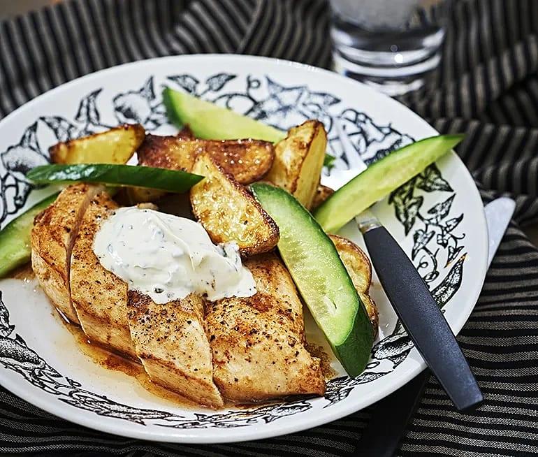 Kyckling med klyftpotatis och basilikakräm