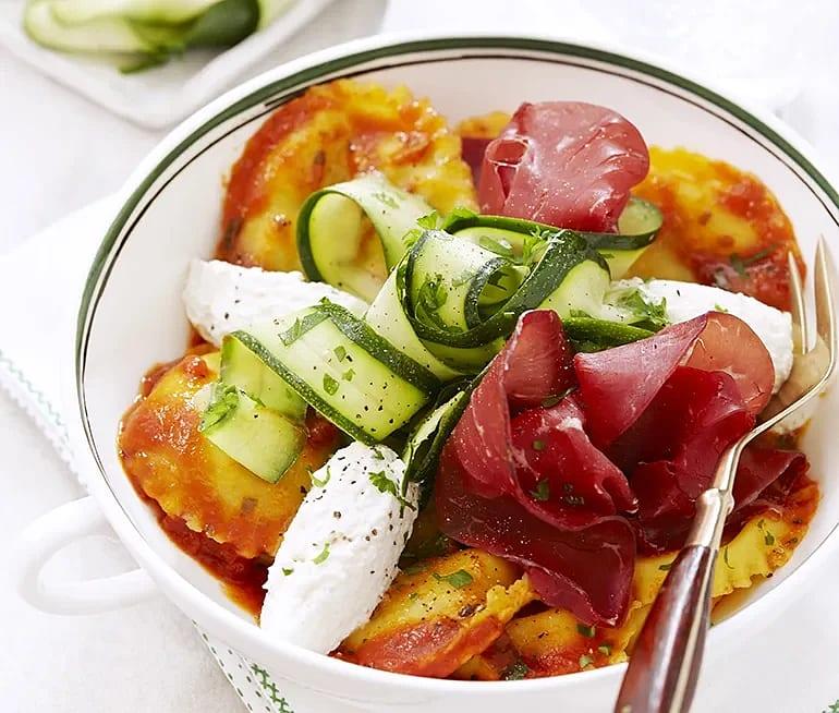 Bresaola med fylld ravioli, tomat och ricotta