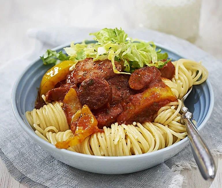 Spaghetti med tomatsås och korv