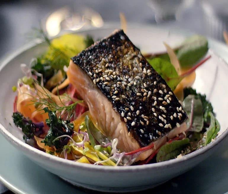 Halstrad lax med färgglad cruditésallad på asiatiskt vis