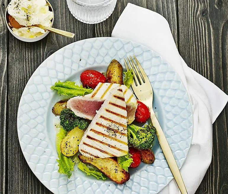 Grillad tonfisk med rostad tomat och ostkräm
