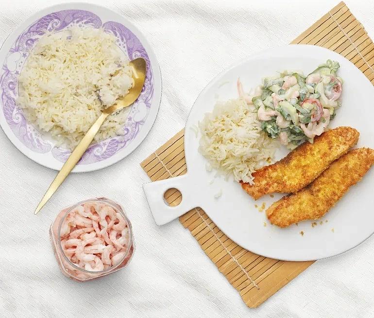Curry- och pankostekt lax räkor och pak choi