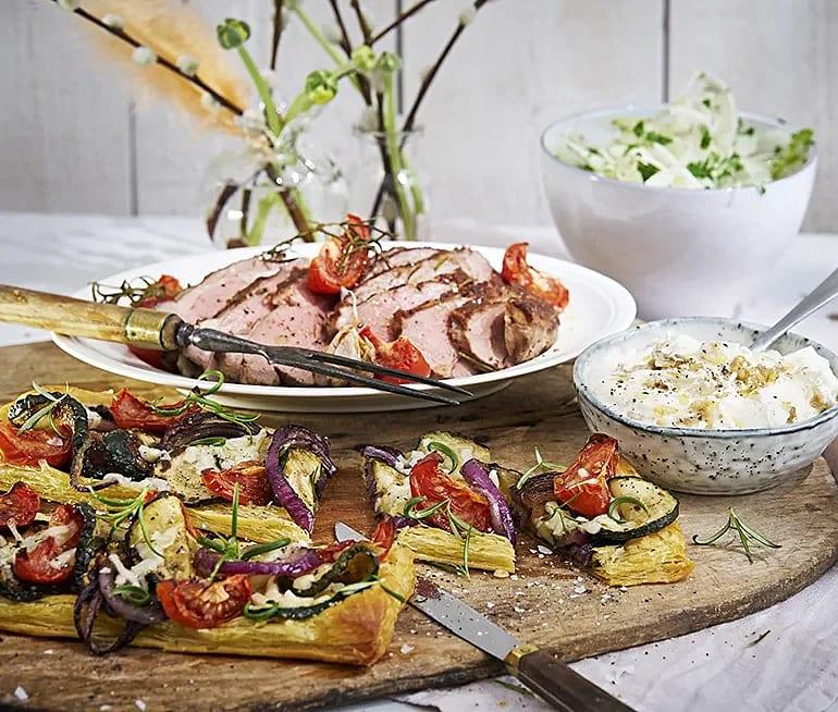 Rosmarinstekt lamm med grönsaksflarn och rostad vitlökssmetana