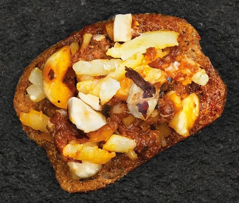Crostini med röd pesto, hasselnötter och Västerbottensost