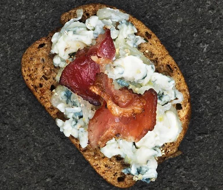 Snittar med blåmögeloströra, päron och knaperstekt bacon