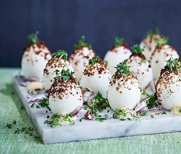 Ägg med kavringskrisp och ansjovismajonnäs