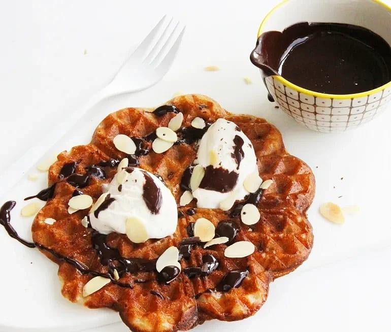 Bananvåfflor med chokladsås, vaniljglass och rostad mandel