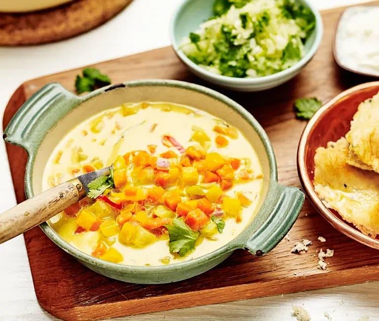 Vego-curry med naanbröd och blomkålsris