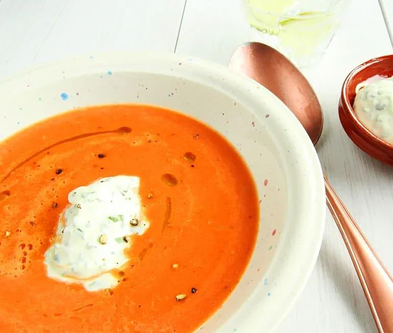 Tomatsoppa med basilikacrème