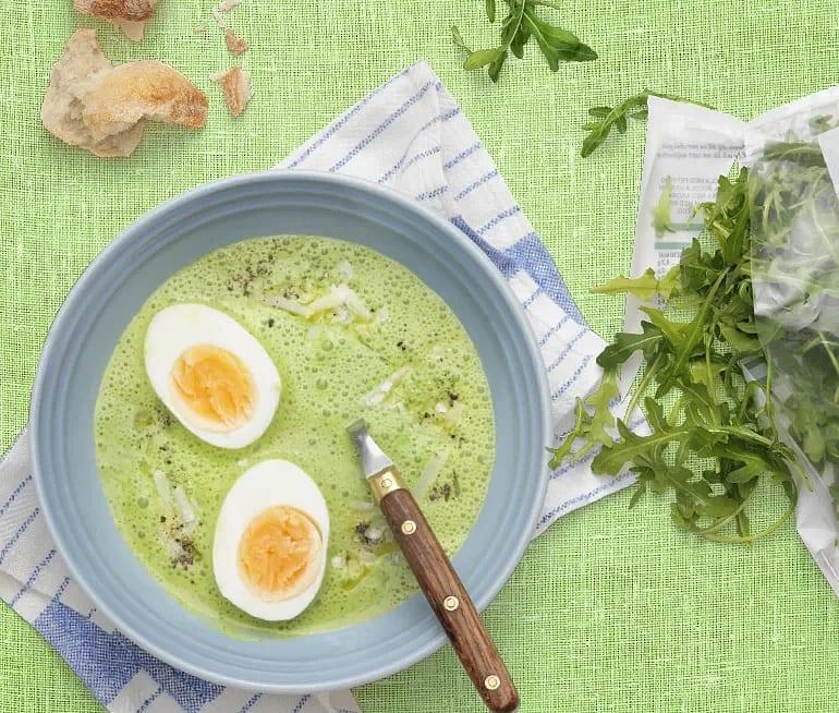 Spenat- och rucolasoppa med parmesan och ägghalvor