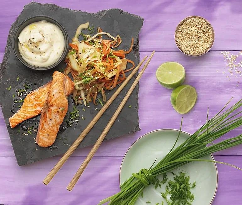 Asiatisk vitkål- och morotssallad med sesammajonnäs