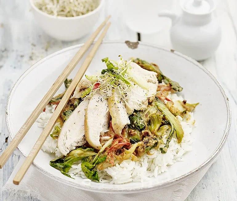 Kycklingfilé med pak choi i jordnötssås