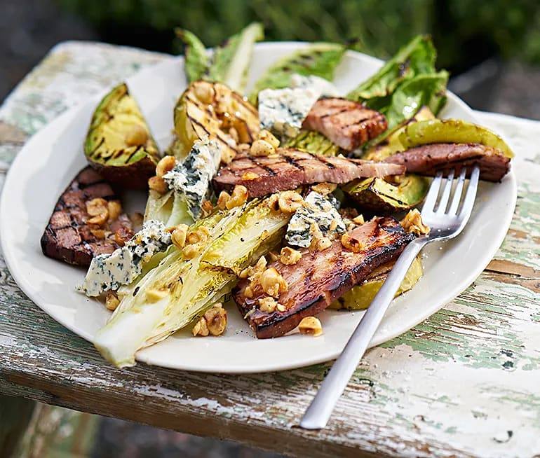 Grillad sallad med bacon, avokado och hasselnötsdressing