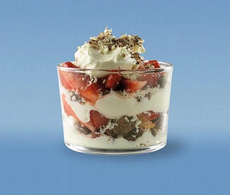 Trifle på vit chokladmousse och jordgubbar