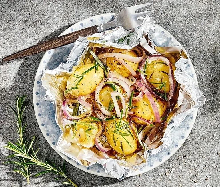 Potatis i folie med vitlök och rosmarin