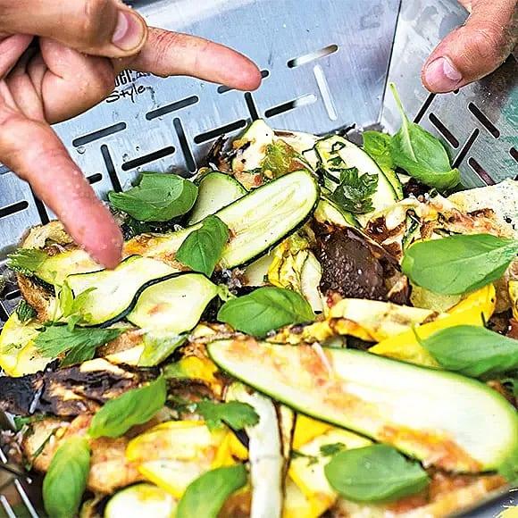 Grillad zucchini- och brödsallad med kapris och riven tomat