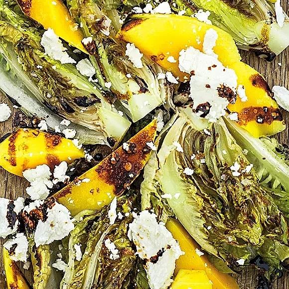 Grillad sallad med mango, getost och sojaolja