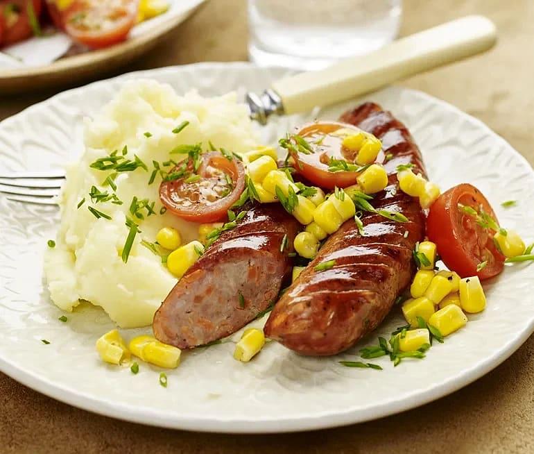 Stekt korv med majs- och tomatsallad